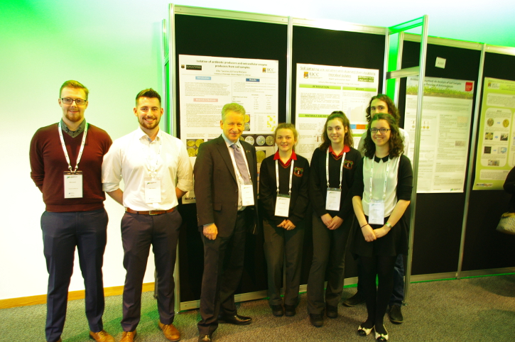 Pictured L-R: Alex Cusack & Liam Meighan, third year BSc Microbiology students, UCC, Prof Neil Gow (Microbiology Society President), two Transition year students from Colaiste an Phiarsaigh Glanmire also engaged with the project, Niamh Lynch & Sam Walsh, third year BSc Microbiology students, UCC.